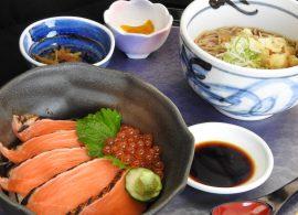 炙りサーモンとイクラの親子丼とミニ蕎麦・うどん